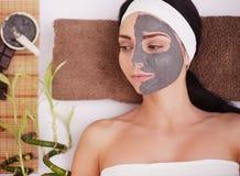 Μάσκα λάσπης SPA Γυναίκα στο σαλόνι SPA Μάσκα προσώπου Του προσώπου μάσκα αργίλου επεξεργασία Στοκ φωτογραφία με δικαίωμα ελεύθερης χρήσης