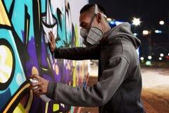 Μάσκα αναπνευστικών συσκευών ένδυσης ζωγραφικής καλλιτεχνών γκράφιτι Στοκ φωτογραφία με δικαίωμα ελεύθερης χρήσης
