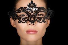 Μάσκα. Γυναίκα ομορφιάς που φορά τη μάσκα καρναβαλιού Στοκ Φωτογραφία