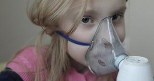 Μάσκα εισπνοής στο πρόσωπό της απόθεμα βίντεο