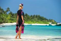 Μάσκα και βατραχοπέδιλα εκμετάλλευσης γυναικών για την κολύμβηση στο υπόβαθρο τ στοκ εικόνες με δικαίωμα ελεύθερης χρήσης