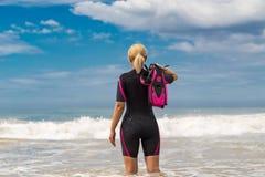 Μάσκα και βατραχοπέδιλα εκμετάλλευσης γυναικών για την κολύμβηση στο υπόβαθρο τ στοκ φωτογραφία με δικαίωμα ελεύθερης χρήσης