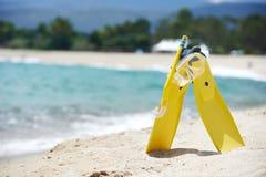 Μάσκα και βατραχοπέδιλα στην παραλία στοκ εικόνες