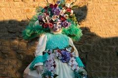 Μάσκα καρναβαλιού με τα λουλούδια κορωνών στο κεφάλι Στοκ Φωτογραφία