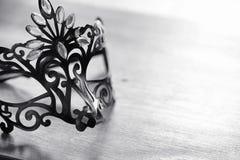 Μάσκα καρναβαλιού στον πίνακα Το θέμα της κάλυψης κατά μια ημερομηνία Στοκ Εικόνα