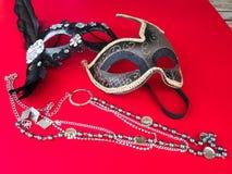 Μάσκα καρναβαλιού και περιδέραιο μαργαριταριών στοκ εικόνες