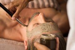 Μάσκα λάσπης ομορφιάς στο πρόσωπο στοκ φωτογραφίες με δικαίωμα ελεύθερης χρήσης