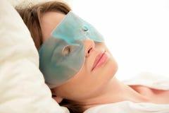 μάσκα ματιών που φορά τη γυν Στοκ Φωτογραφίες