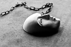 Μάσκα προσώπου ασβεστοκονιάματος μεταξύ των κομματιών Στοκ Φωτογραφίες