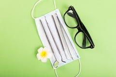 Μάσκα προσώπου γυαλιών εργαλείων οδοντιατρικής και εξωτικό λουλούδι Στοκ φωτογραφία με δικαίωμα ελεύθερης χρήσης