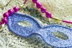 Μάσκα της Mardi Gras καρναβάλι με τους εορταστικούς καλλωπισμούς στη δαντέλλα Στοκ φωτογραφία με δικαίωμα ελεύθερης χρήσης