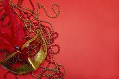 Μάσκα Carnivale με τις χάντρες στο κόκκινο υπόβαθρο διάστημα αντιγράφων Στοκ φωτογραφία με δικαίωμα ελεύθερης χρήσης