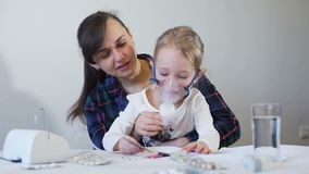 Μάσκα Nebuliser εκμετάλλευσης μητέρων στο πρόσωπο κοριτσιών απόθεμα βίντεο