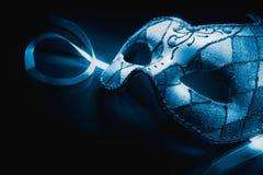 Μάσκα Ventetian σε μια αντανακλαστική επιφάνεια, υψηλή εικόνα αντίθεσης στοκ εικόνες