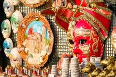 Μάσκες καρναβαλιού και άλλα αναμνηστικά για την πώληση στη Φλωρεντία Στοκ Φωτογραφία