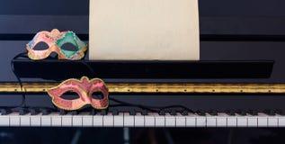 Μάσκες καρναβαλιού στο πληκτρολόγιο πιάνων, μπροστινή άποψη Στοκ Φωτογραφία