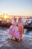 Μάσκες καρναβαλιού ενάντια στις γόνδολες στη Βενετία, Ιταλία Στοκ φωτογραφίες με δικαίωμα ελεύθερης χρήσης