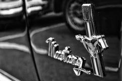 Μάστανγκ της Ford εμβλημάτων μετατρέψιμο (γραπτός) Στοκ φωτογραφία με δικαίωμα ελεύθερης χρήσης
