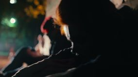 Μάταιοι εξαρτημένοι που μετά από την υπερβολική δόση φαρμάκων, που κάθεται στο σκοτεινό backstreet απόθεμα βίντεο