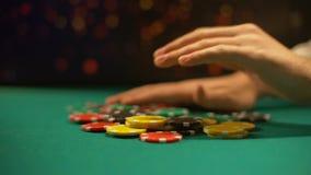 Μάταιος παίκτης χαρτοπαικτικών λεσχών που βάζει τα τσιπ παιχνιδιού στον πίνακα, με όλα συμπεριλαμβανόμενα στοίχημα, παιχνίδι πόκε απόθεμα βίντεο