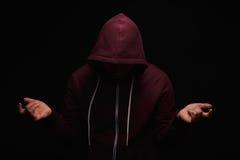 Μάταιος τοξικομανής Πορτρέτο κινηματογραφήσεων σε πρώτο πλάνο του νέου ενήλικου προσώπου με έναν εθισμό στα ναρκωτικά σε ένα μαύρ στοκ φωτογραφία με δικαίωμα ελεύθερης χρήσης