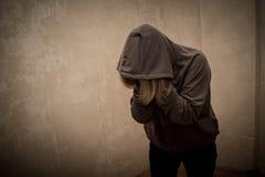 Μάταιος τοξικομανής που περνά από την κρίση εθισμού, πορτρέτο του νεαρού ατόμου με την εξάρτηση ουσιών στοκ εικόνες