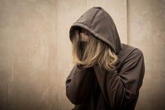 Μάταιος τοξικομανής που περνά από την κρίση εθισμού, πορτρέτο του νεαρού ατόμου με την εξάρτηση ουσιών στοκ φωτογραφία με δικαίωμα ελεύθερης χρήσης