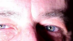Μάτια ατόμων Μπλε μάτια του ατόμου Άτομο που προσπαθεί να κάνει το χαμόγελο στη βαθιά συγκίνηση crying man Κινηματογράφηση σε πρώ φιλμ μικρού μήκους