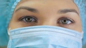 Μάτια μιας νοσοκόμας στη χειρουργική μάσκα απόθεμα βίντεο