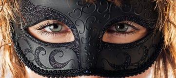 Μάτια πίσω από τη μάσκα Στοκ φωτογραφία με δικαίωμα ελεύθερης χρήσης