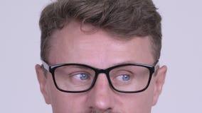 Μάτια του ατόμου hipster που φορούν eyeglasses στο άσπρο κλίμα απόθεμα βίντεο
