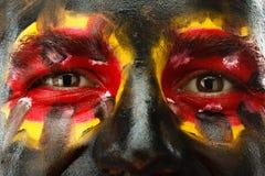 Μάτια του γερμανικού ή βελγικού πατριώτη αθλητικών ανεμιστήρων Χρωματισμένη σημαία χωρών στο πρόσωπο ατόμων Στοκ φωτογραφίες με δικαίωμα ελεύθερης χρήσης