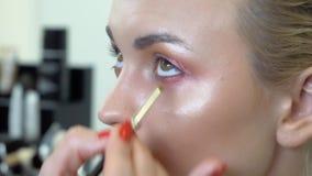 Μάτια makeup στα καπνώδη μάτια κοριτσιών φιλμ μικρού μήκους