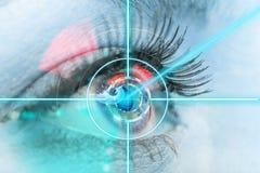 Μάτι γυναικών κινηματογραφήσεων σε πρώτο πλάνο με την ιατρική λέιζερ Στοκ Εικόνα