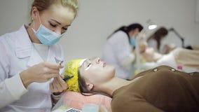 Μάτι γυναικών με τα μακροχρόνια eyelashes Επέκταση Beautician eyelash για τη νέα γυναίκα σε ένα σαλόνι ομορφιάς απόθεμα βίντεο