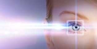 Μάτι γυναικών με το πλαίσιο διορθώσεων λέιζερ Στοκ φωτογραφία με δικαίωμα ελεύθερης χρήσης