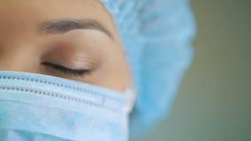 Μάτι ενός γιατρού στη χειρουργική μάσκα απόθεμα βίντεο