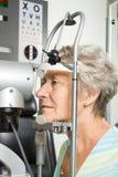 μάτι εξέτασης που έχει τη γυναικεία δοκιμή Στοκ Εικόνες