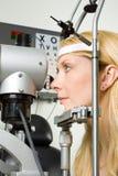 μάτι που έχει τις νεολαίες γυναικών δοκιμής Στοκ Φωτογραφία