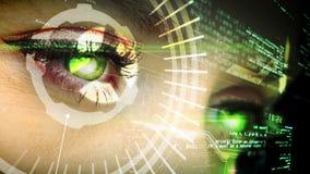 Μάτι που εξετάζει τη φουτουριστική διεπαφή που παρουσιάζει κείμενο φιλμ μικρού μήκους