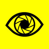 Μάτι σε ένα κίτρινο υπόβαθρο Στοκ φωτογραφία με δικαίωμα ελεύθερης χρήσης