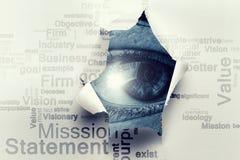 Μάτι σε μια τρύπα του σχισμένου εγγράφου στοκ εικόνες με δικαίωμα ελεύθερης χρήσης
