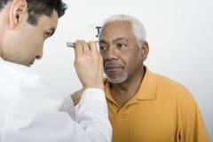 Μάτι του ασθενή δοκιμής γιατρών στην κλινική Στοκ φωτογραφίες με δικαίωμα ελεύθερης χρήσης