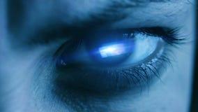 Μάτι του κοριτσιού με το φως και την αντανάκλαση φιλμ μικρού μήκους