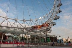 Μάτι του Λονδίνου, ρόδα χιλιετίας στο Λονδίνο το πρωί Στοκ φωτογραφίες με δικαίωμα ελεύθερης χρήσης