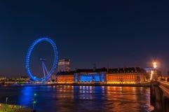 Μάτι του Λονδίνου και αίθουσα κομητειών τη νύχτα Στοκ εικόνα με δικαίωμα ελεύθερης χρήσης