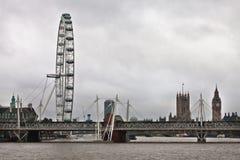 Μάτι του Λονδίνου και χρυσές γέφυρες ιωβηλαίου Στοκ εικόνα με δικαίωμα ελεύθερης χρήσης
