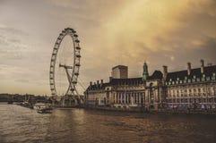 Μάτι του Λονδίνου στον ποταμό του Τάμεση στοκ εικόνες