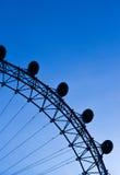 Μάτι του Λονδίνου στο μπλε ουρανό στοκ φωτογραφία