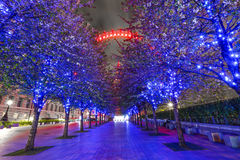 Μάτι του Λονδίνου τη νύχτα με ελαφριά ίχνη Στοκ Φωτογραφίες
